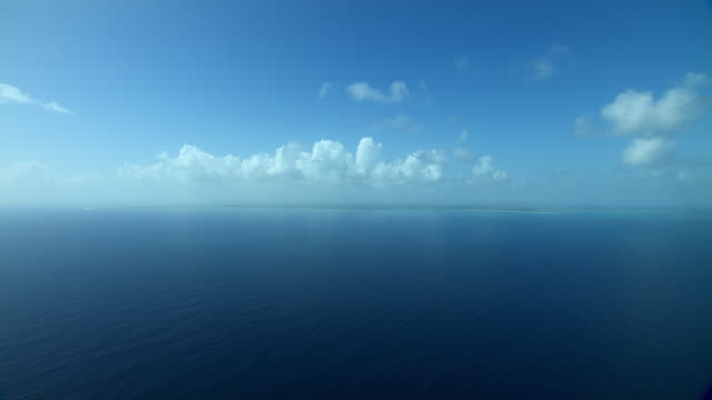 vidéos et rushes de caribbean sea with distant view of barbuda in the west indies. - antilles occidentales