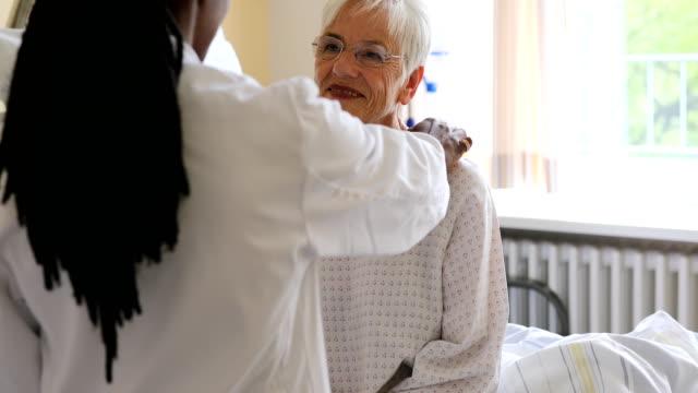 pflegearzt im gespräch mit seniorin - vertrauen stock-videos und b-roll-filmmaterial
