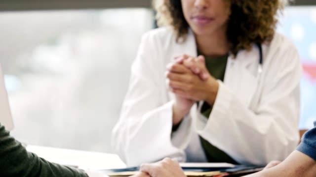 vídeos de stock, filmes e b-roll de médico do sexo feminino que cuida dá más notícias aos pacientes - shock