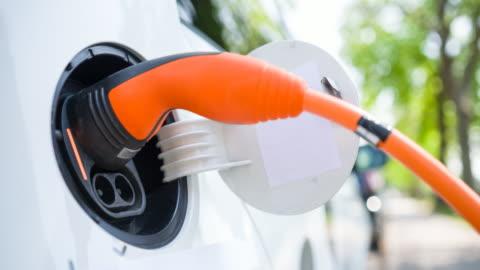 vídeos y material grabado en eventos de stock de cuidar el medio ambiente y conducir un coche eléctrico - coche híbrido