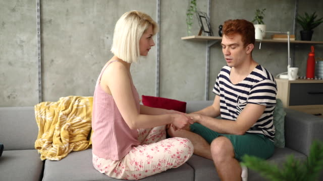 vidéos et rushes de femme bienveillante montrant l'affection à son petit ami avec un massage de main - se faire dorloter