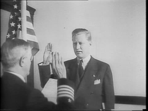 stockvideo's en b-roll-footage met carl ziedler takes us navy enlistment oath from navy captain emmanuel a lofquist / close up of carl zielder taking an oath / zielder shaking hands... - in dienst gaan