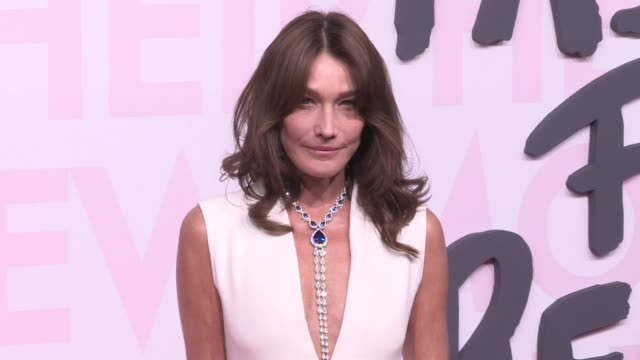 carla bruni on the red carpet of fashion for relief in cannes cannes, france on sunday may 13, 2018 - ファッションフォーリリーフ点の映像素材/bロール