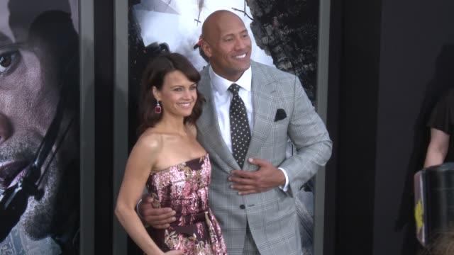 stockvideo's en b-roll-footage met carla gugino and dwayne johnson at the san andreas los angeles world premiere at tcl chinese theatre on may 26 2015 in hollywood california - mann theaters