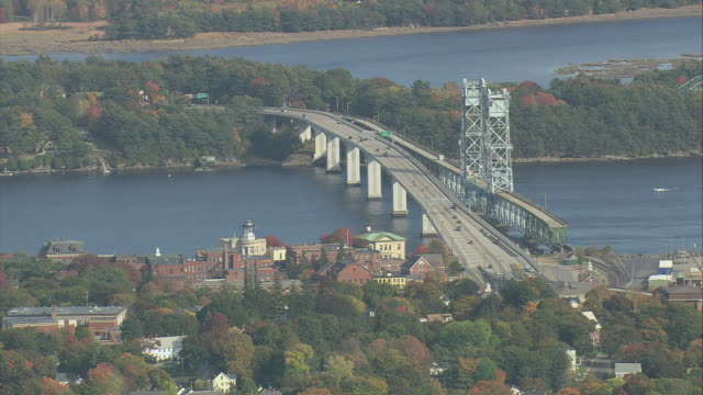 vídeos y material grabado en eventos de stock de aerial carleton bridge crossing the kennebec river / maine, united states - puente colgante