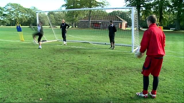 vidéos et rushes de preview of match between aldershot town and manchester united england hampshire aldershot ext various shots of aldershot town goalkeeper jamie young... - gardien de but