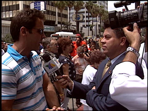 vídeos y material grabado en eventos de stock de carlos ponce at the dediction of emilio estefan's walk of fame star at the hollywood walk of fame in hollywood california on june 9 2005 - emilio estefan