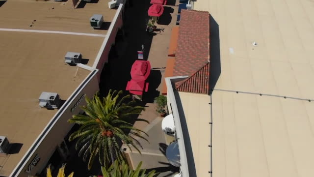 stockvideo's en b-roll-footage met kswb carlsbad ca us drone views of nearly empty carlsbad premium outlets areas during covid19 pandemic on thursday april 2 2020 - carlsbad californië