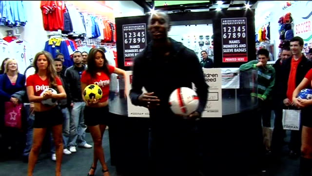 carlton cole attempts 30 second world record for keepie uppie; england: london: westfield shopping centre: int general views and close ups of... - 30 seconds or greater stock-videos und b-roll-filmmaterial