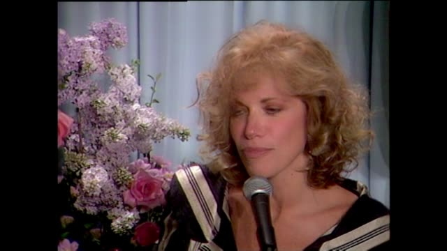 Carly Simon backstage after winning Oscar for Best Original Song for let the River Run in Working Girl