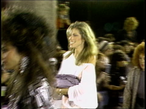 carly simon walking the 1984 mtv video music awards red carpet - mtv点の映像素材/bロール