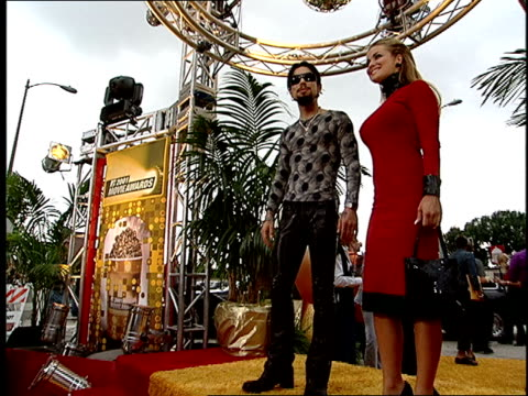 carmen electra and dave navarro arriving on the red carpet at the 2001 mtv movie awards - バーカーハンガー点の映像素材/bロール