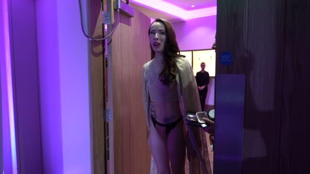 vidéos et rushes de carmen liu at world's first transgender lingerie brand launch on february 28 2019 in london united kingdom - lingerie féminine