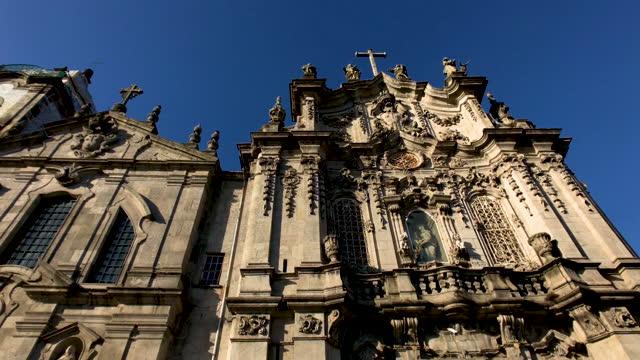 carmo and carmelitas church in porto exterior - kreuzbein stock-videos und b-roll-filmmaterial