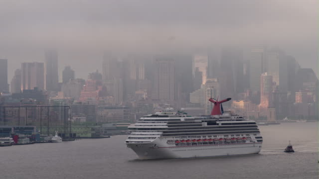 vídeos de stock, filmes e b-roll de a carnival cruise ship pulls into the ny harbor early morning on a grey day - porto de nova york