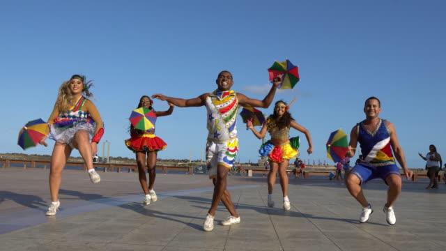 vídeos de stock e filmes b-roll de carnival in marco zero square - vestir se