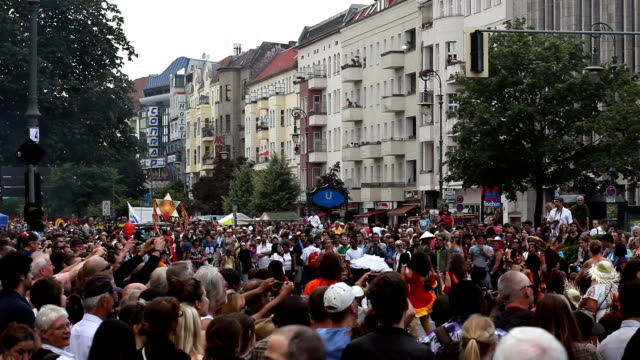 karneval der kulturen in berlin - fasching stock-videos und b-roll-filmmaterial