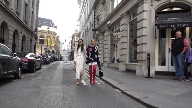 vidéos et rushes de caroline daur and tamara outside peter pilotto during london fashion week september 2017 on september 17 2017 in london england - semaine de la mode de londres