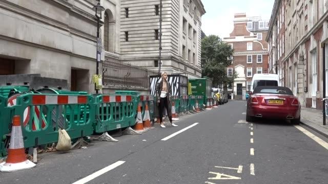 vidéos et rushes de caroline daur is seen outside preen by thornton bregazzi during london fashion week september 2017 on september 17 2017 in london england - semaine de la mode de londres