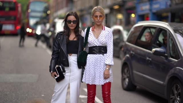 vidéos et rushes de caroline daur is seen outside topshop during london fashion week september 2017 on september 17 2017 in london england - semaine de la mode de londres