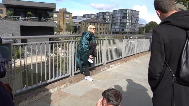 vidéos et rushes de caroline daur is seen outside versus during london fashion week september 2017 on september 17 2017 in london england - semaine de la mode de londres