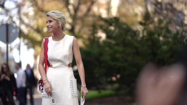 stockvideo's en b-roll-footage met caroline daur wears a white dress, a red bag, outside moncler, during paris fashion week womenswear spring/summer 2018, on october 3, 2017 in paris,... - witte jurk