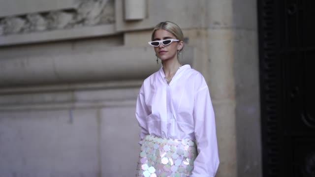 vídeos y material grabado en eventos de stock de caroline daur wears a white shirt, a white mesh lace skirt, black boots, sunglasses, outside paco rabanne, during paris fashion week womenswear... - camisa blanca