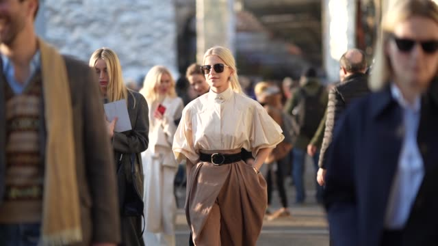 vídeos y material grabado en eventos de stock de caroline daur wears sunglasses, a white shirt, a leather belt, brown pants, a bag, outside alberta ferretti, during milan fashion week fall/winter... - camiseta