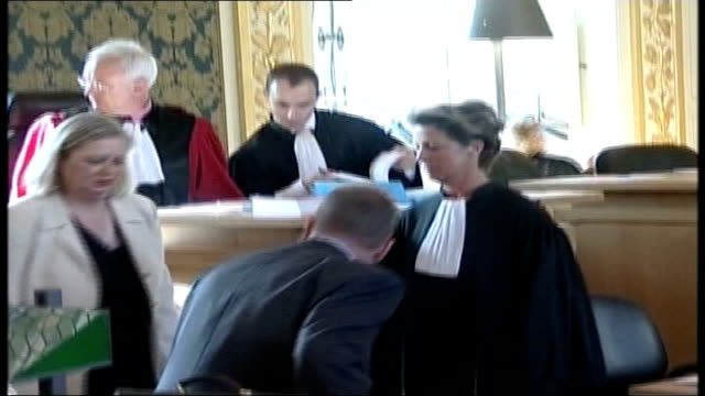 montes trial lib france rennes sue dickinson john dickinson and jennifer dickinson sitting down inside court - rennes frankreich stock-videos und b-roll-filmmaterial