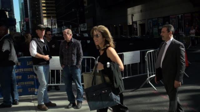 vídeos y material grabado en eventos de stock de caroline kennedy arrives at the late show in new york 10/6/11 - caroline kennedy