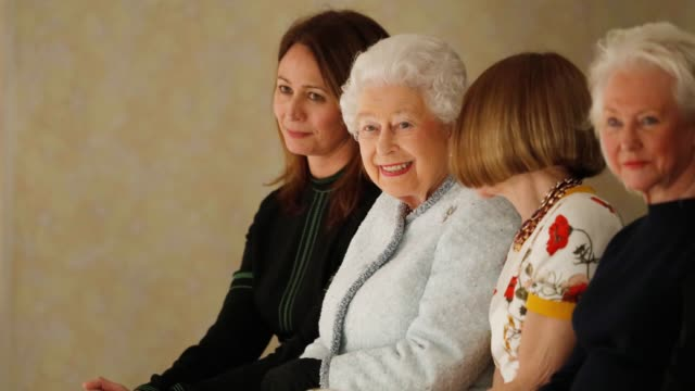 vídeos y material grabado en eventos de stock de caroline rush queen elizabeth ii and anna wintour attend the richard quinn show during london fashion week 2018 on february 20 2018 in london england - formato de archivo gif