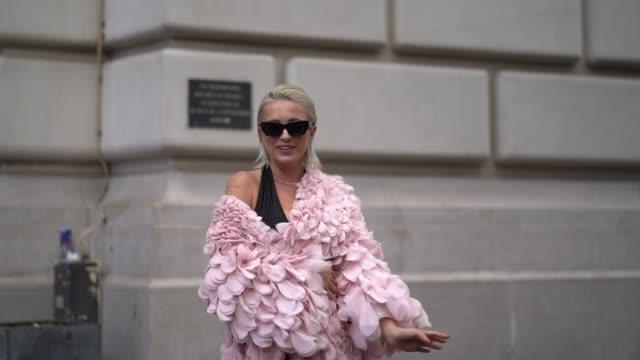 vídeos de stock, filmes e b-roll de caroline vreeland wears sunglasses, a pink frilly dress, a black low neck top, tights, black shoes, outside ralph & russo, during paris fashion week... - rosa cor