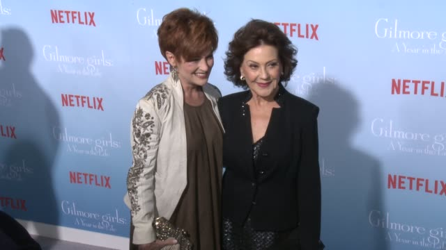carolyn hennesy and kelly bishop at the premiere of netflix's gilmore girls a year in the life at regency bruin theater on november 18 2016 in... - bruin theater stock-videos und b-roll-filmmaterial
