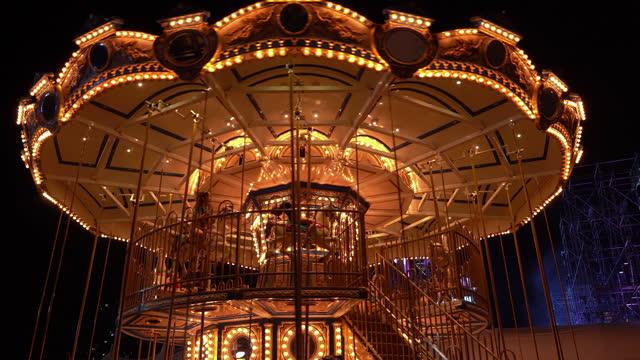 vidéos et rushes de carrousel dans le parc d'attractions - format hd