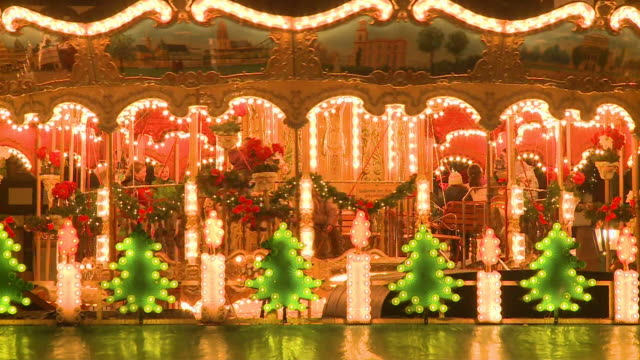 ms carousel on christmas market at romer square / frankfurt, hesse, germany - 回転遊具点の映像素材/bロール