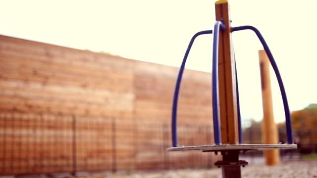 vídeos y material grabado en eventos de stock de carrusel en el patio de recreo - estructura metálica para niños