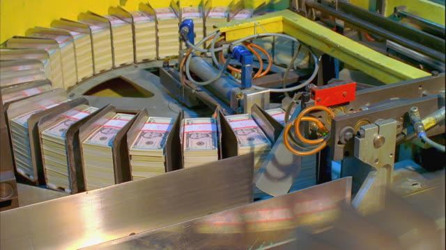 cu, carousel sorting five dollar bill stacks, washington dc, usa - 永久運動点の映像素材/bロール