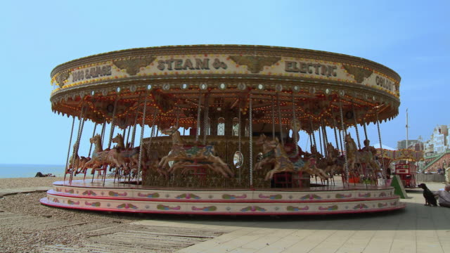ws carousel spinning around at brighton beachfront / brighton, united kingdom - 回転遊具点の映像素材/bロール