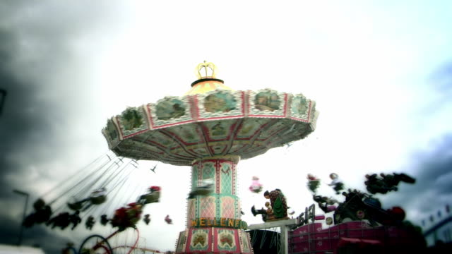 la ms carousel swing ride at oktoberfest fair / munich. - vergnügungspark stock-videos und b-roll-filmmaterial