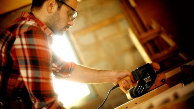 stockvideo's en b-roll-footage met timmerman tijdens een workshop. - productielijn werker