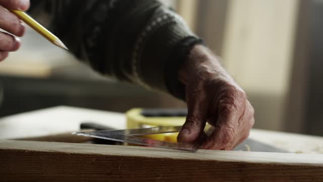vídeos de stock e filmes b-roll de carpinteiro no trabalho - medir
