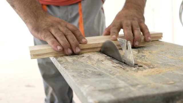 vídeos de stock, filmes e b-roll de carpenter no trabalho - serra elétrica