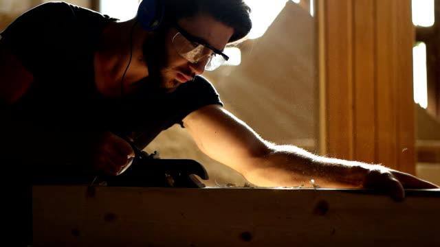 vidéos et rushes de menuisier au travail - atelier d'artisan