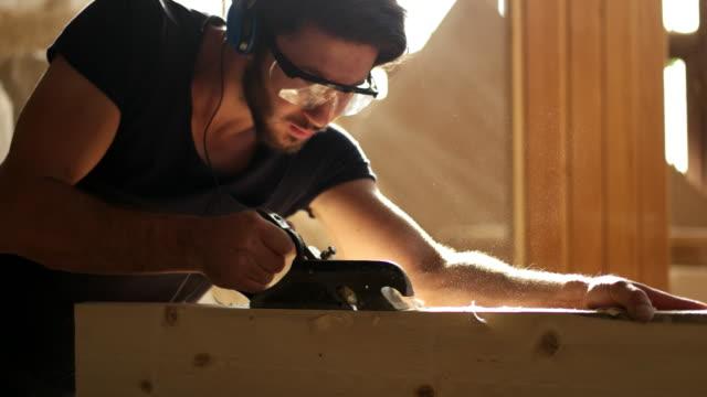 vídeos y material grabado en eventos de stock de carpintero de trabajo - carpintería