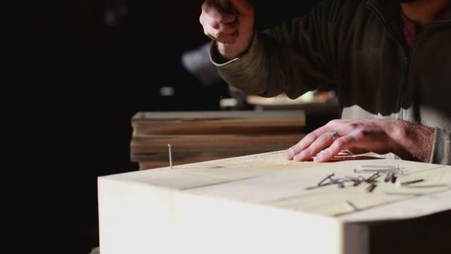 vídeos de stock, filmes e b-roll de carpinteiro no trabalho/beba um café do copo - compasso