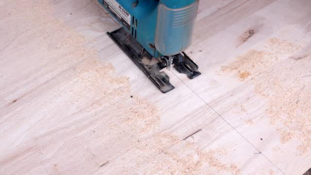 Snickare skärande trä planet med sticksåg cutter i hem workshop