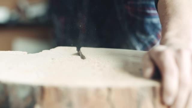 Schneiden von Holz mit Handsäge In Werkstatt-Tischler
