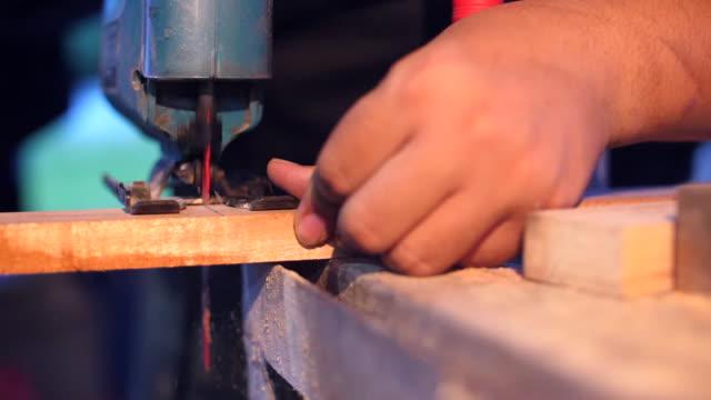 Snickare sågning av trä med Jigsaw Cutter i Super Slow Motion