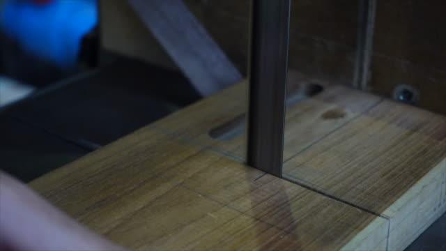 vídeos de stock, filmes e b-roll de madeira do corte do carpinteiro - usa