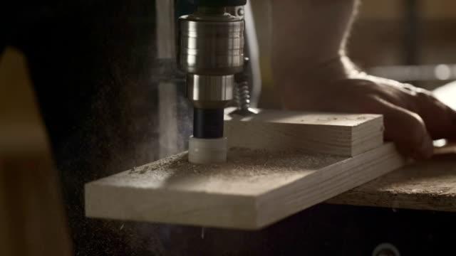Tischler, Bohren ein Loch in einem Holz plank